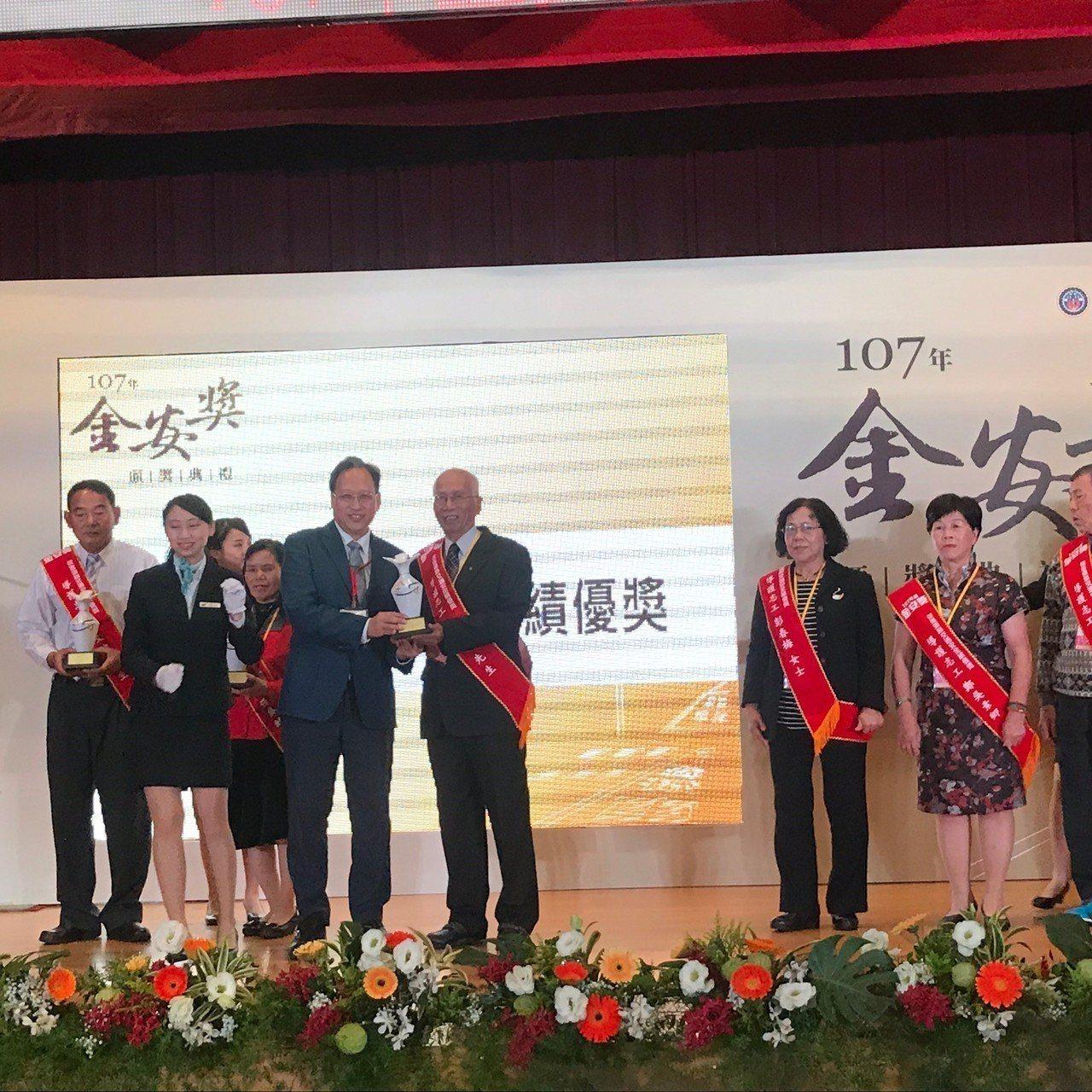 高齡80歲蘭潭國中退休老師陳喜彥,榮獲金安獎的導護志工績優獎。記者張曼蘋/攝影