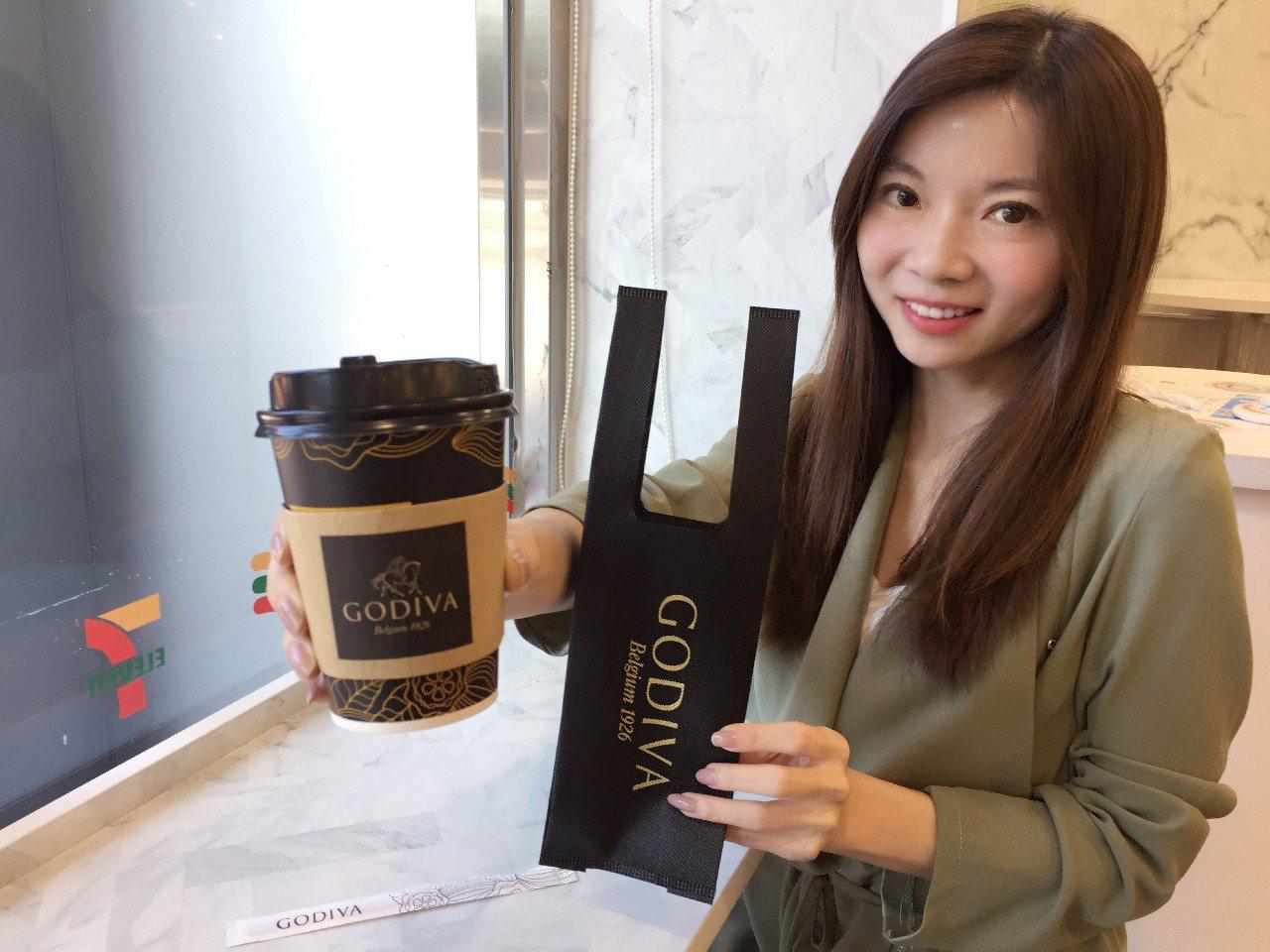 GODIVA醇黑熱巧克力今年還隨杯附上特製專用織布環保袋。圖/7-ELEVEN提...