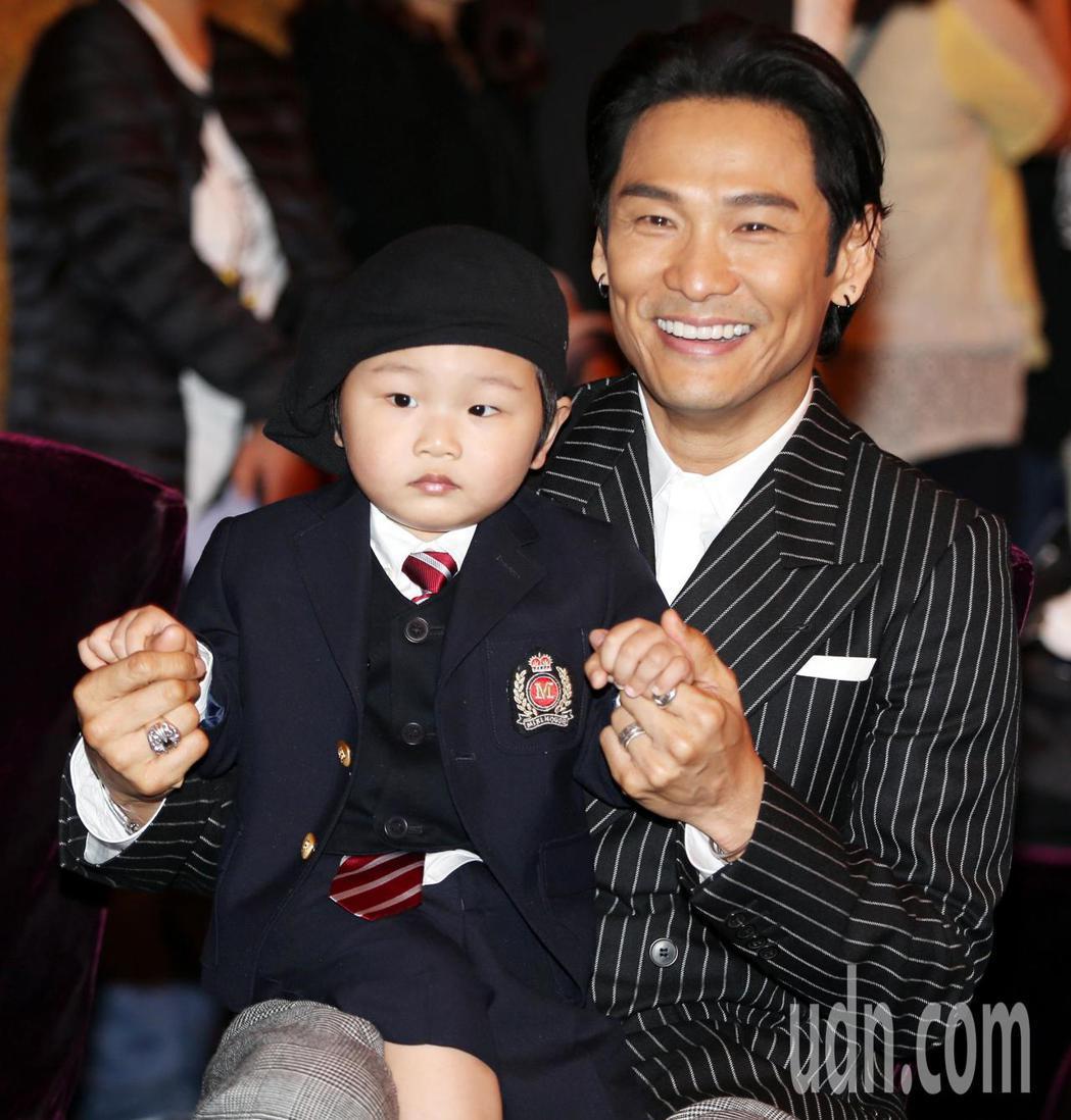 杜德偉牽著兒子的手,隨MV音樂搖擺。記者侯永全/攝影
