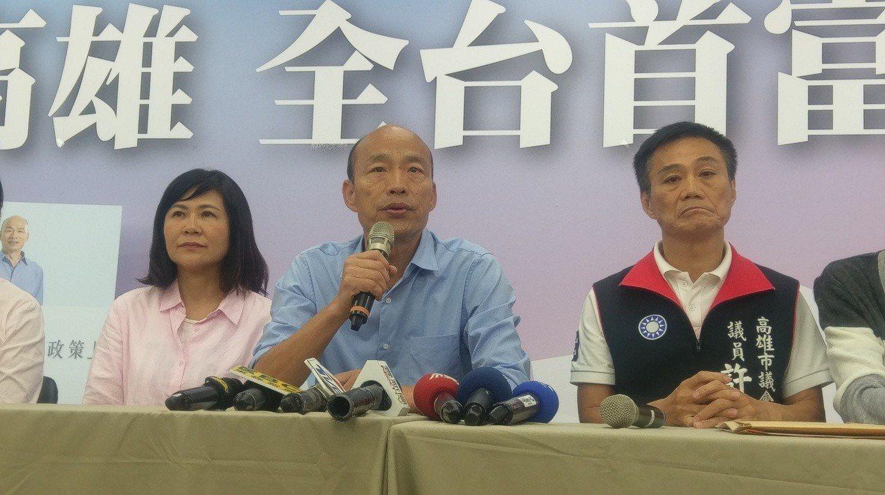 國民黨下屆高市正副議長,確定提名許崑源(右)、陸淑美(左)。記者蔡孟妤/攝影