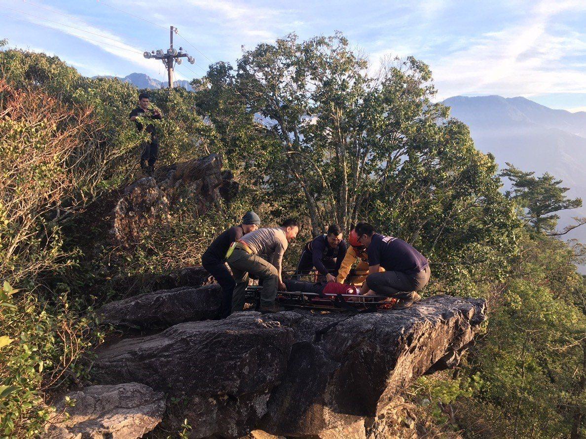 救難人員將林姓男子移往三角點等待直升機。圖/台中市消防局提供