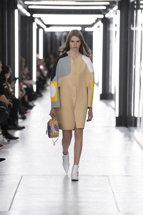 潛水布材質的繭型大衣是2019春夏女裝的主要造型之一。圖/LV提供