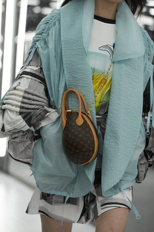 冰藍色的空氣感背心、恐龍蛋提包與鐘型層疊的袖子,都是春夏女裝的亮眼設計。圖/LV...