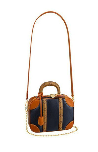 Mini Luggage用六角鍊條、鑰匙圈與硬式提把重現精巧版的行李箱。圖/LV...