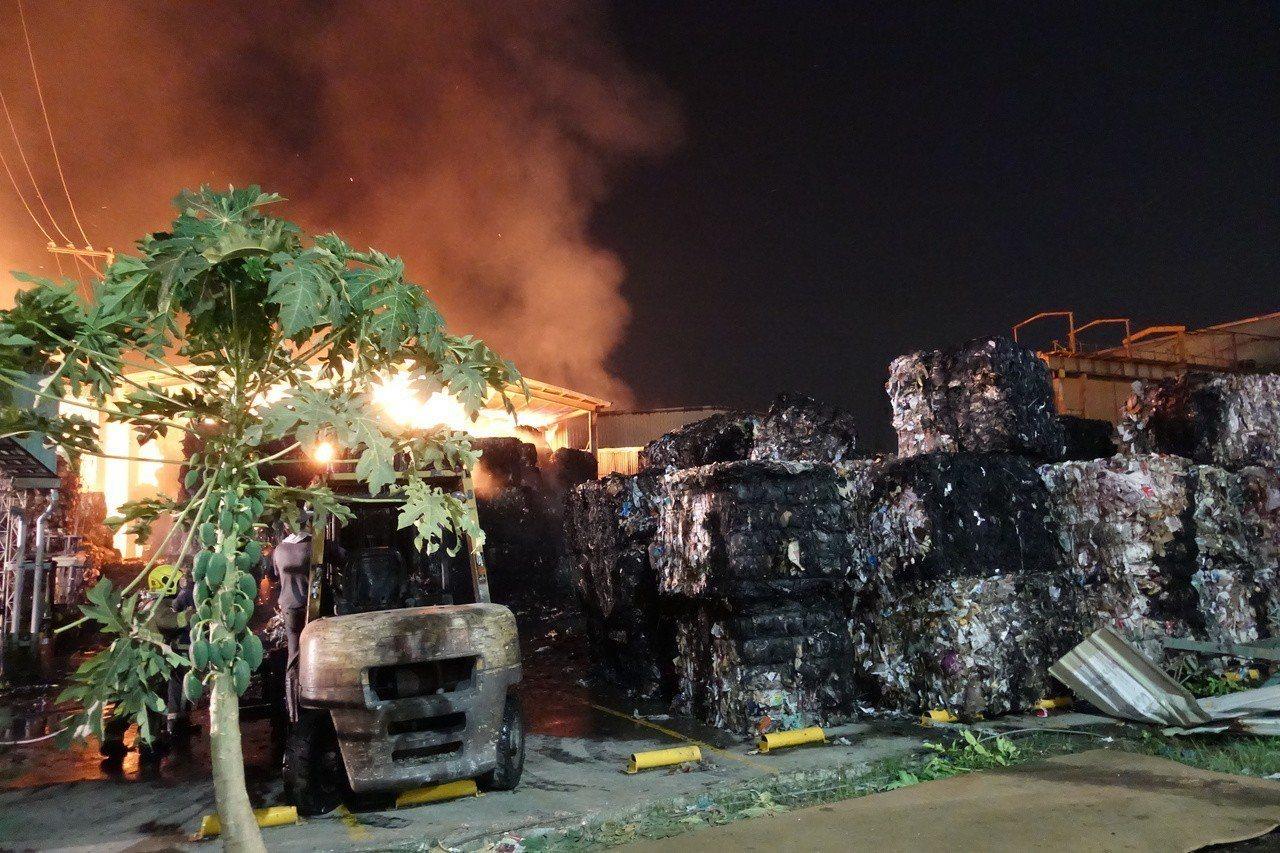 東隆紙廠今年10月18日發生火警,火勢一發不可收拾,消防人員打火花了6天,才全部...