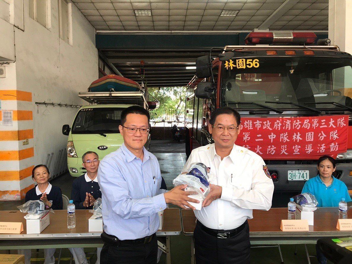 東隆紙廠總經理(左)捐贈防毒面罩給高市消防局第三大隊,由大隊長王國泰(右)代表受...