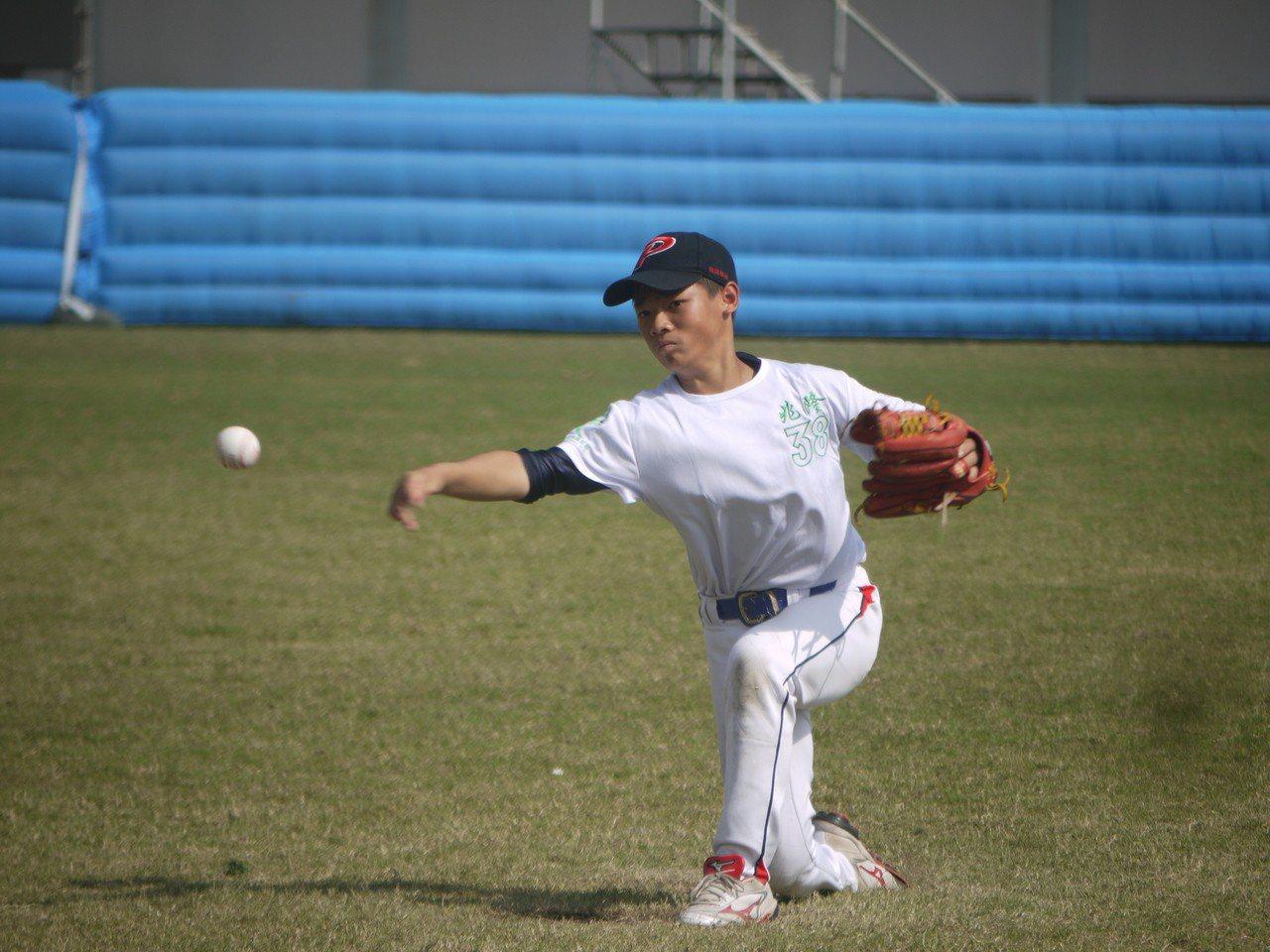廣東中山市兆隆國小投手楊嘉信是下勾投手。
