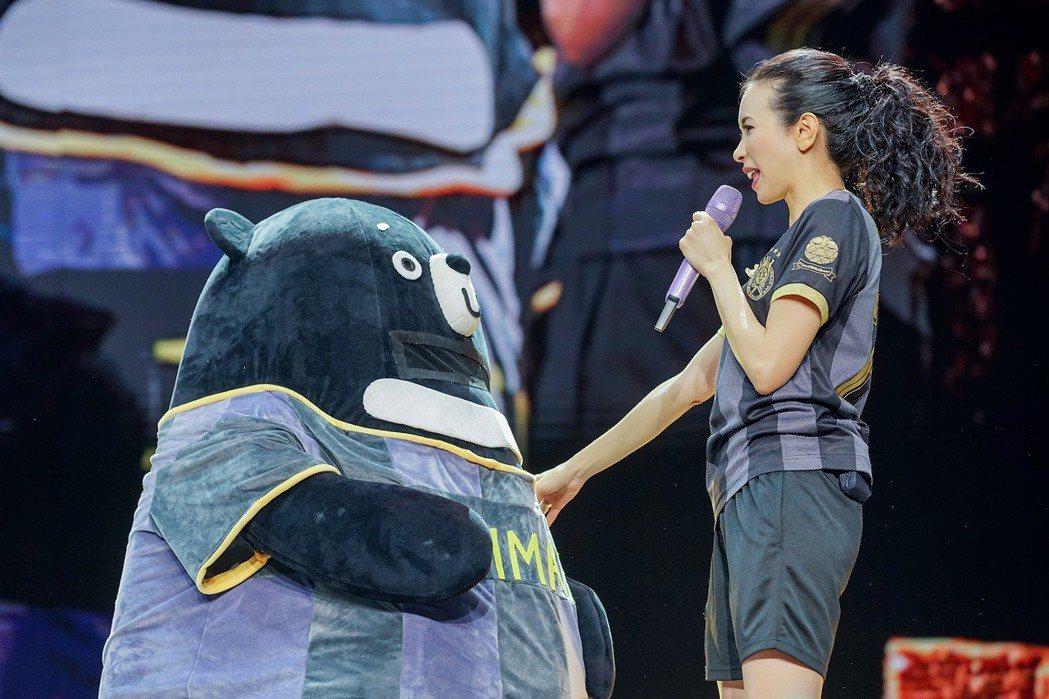 莫文蔚(右)和亞洲黑熊(月熊)人偶的互動萌翻全場。圖/莫家寶貝工作室提供