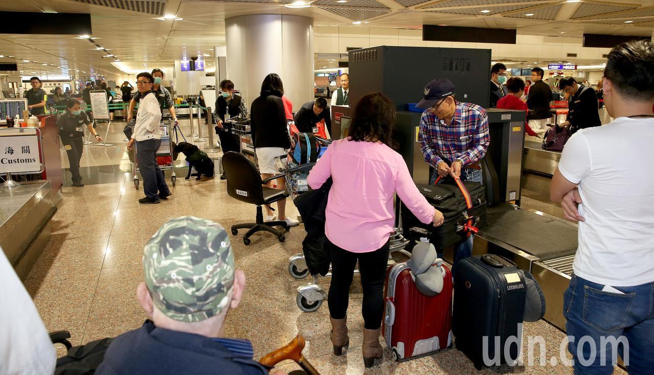大陸非洲豬瘟疫情嚴峻,關務署台北關在桃園機場加強查緝違法攜帶肉品入境,卻引來旅客...