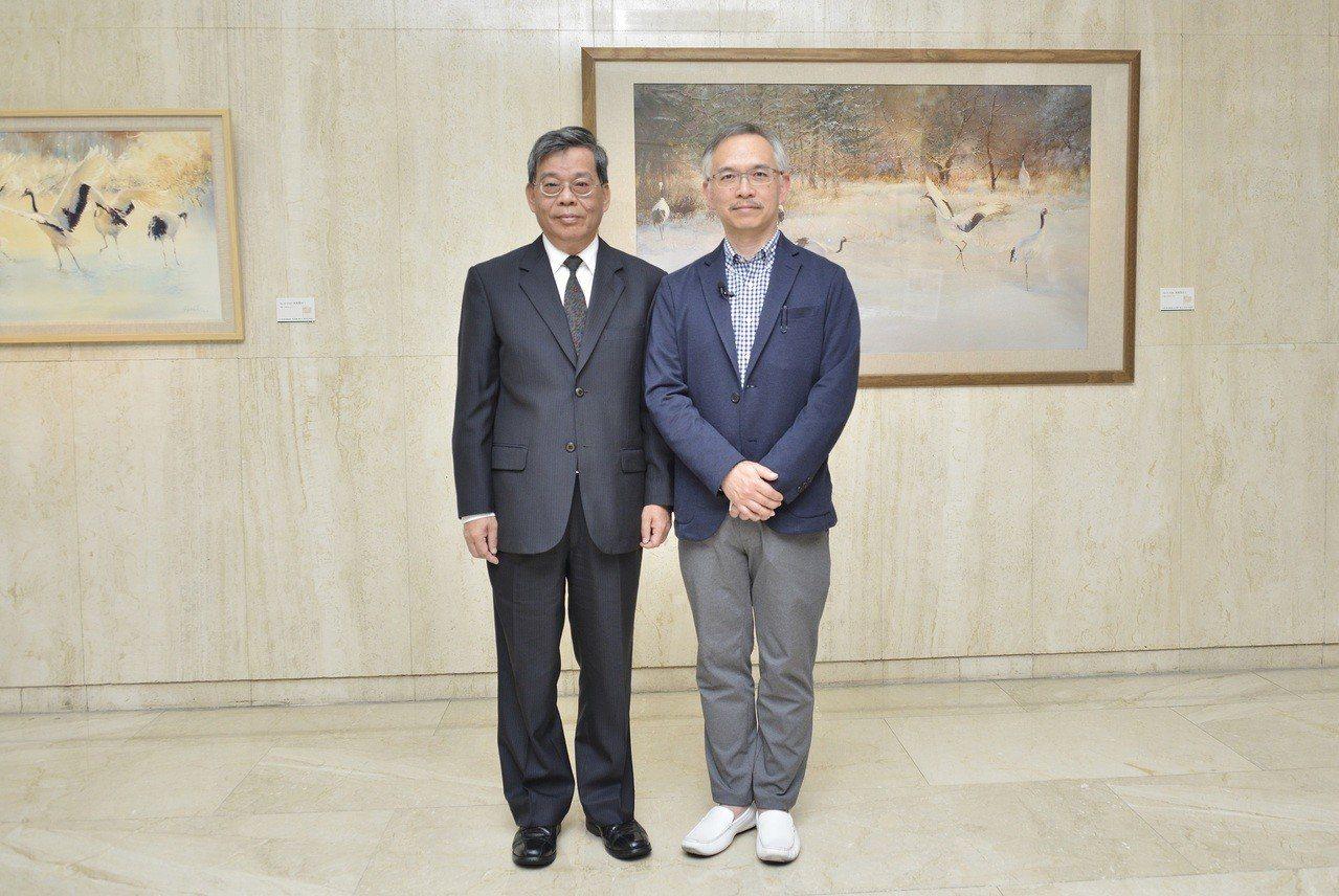 第一銀行文教基金會舉辦「光的自在」水彩畫展,第一金控林謙浩總經理(左)聆聽蘇牧真...