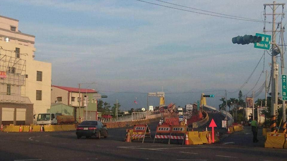 民雄陸橋新完工的外側路面,一邊是上橋,一邊是下橋。圖/民雄鄉公所提供