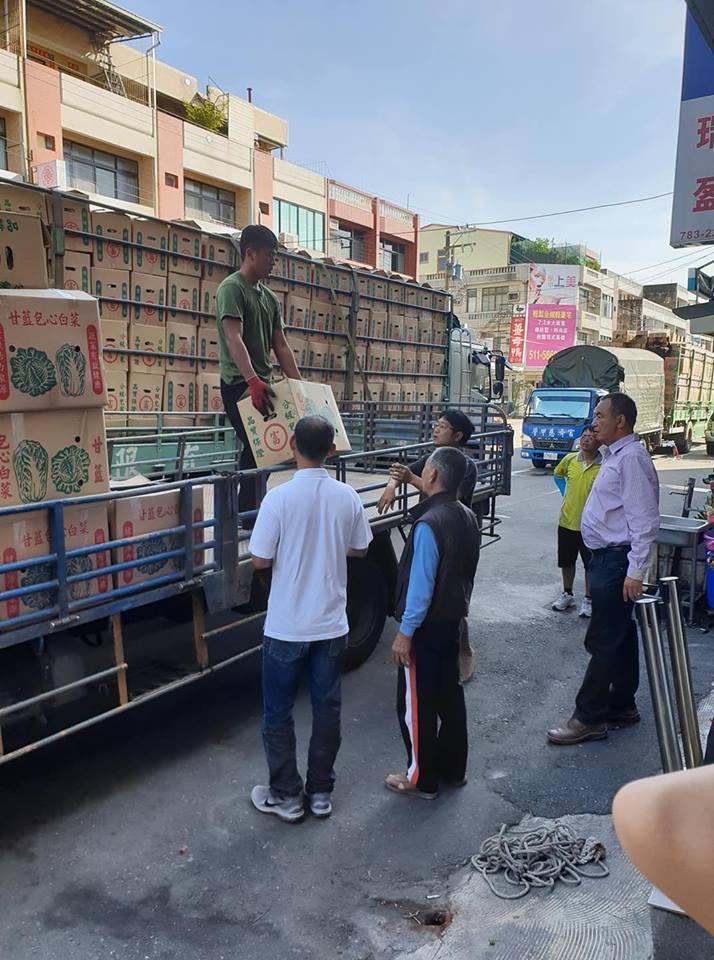 大批高麗菜運抵準備送給鄉親。圖/翻攝自謝財旺臉書