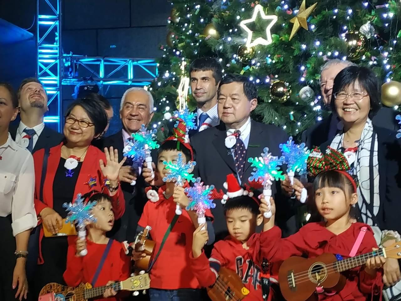 遠企購物中心今(4)日晚間舉辦耶誕點燈晚會,遠東集團董事長徐旭東(第二排右二)出...