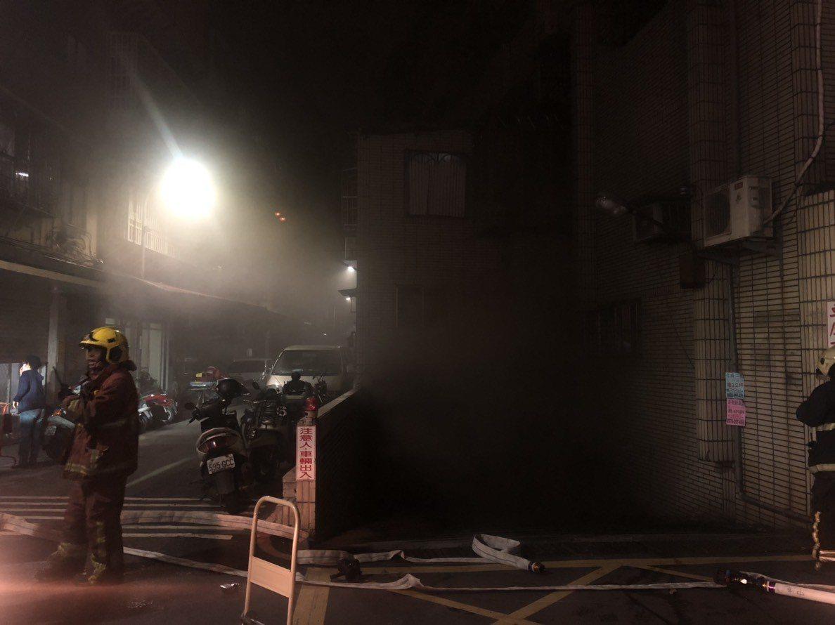 新莊區中信街51巷1幢5層樓公寓社區的地下停車場冒出黑煙。記者林昭彰/翻攝