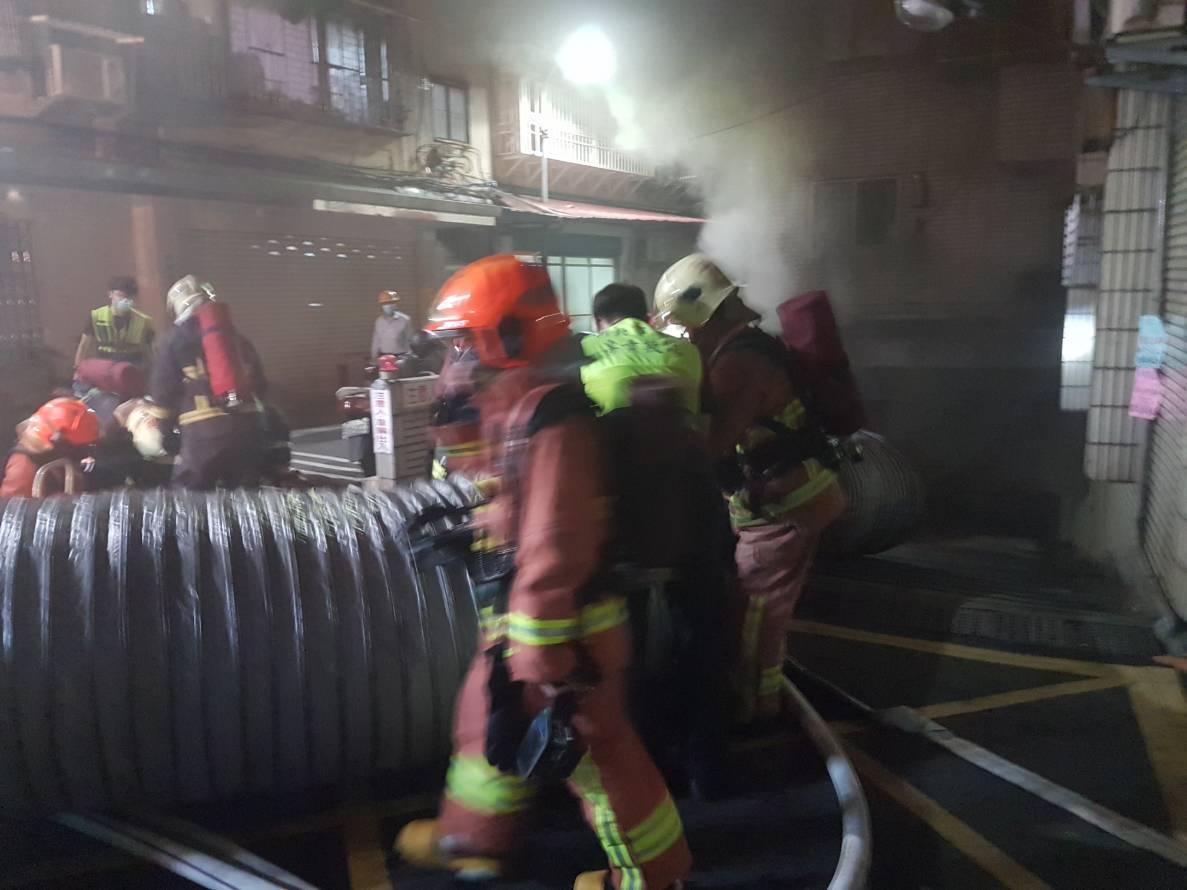 新莊區中信街51巷1幢5層樓公寓社區的地下停車場冒出黑煙,消防隊正在排煙搶救中。...