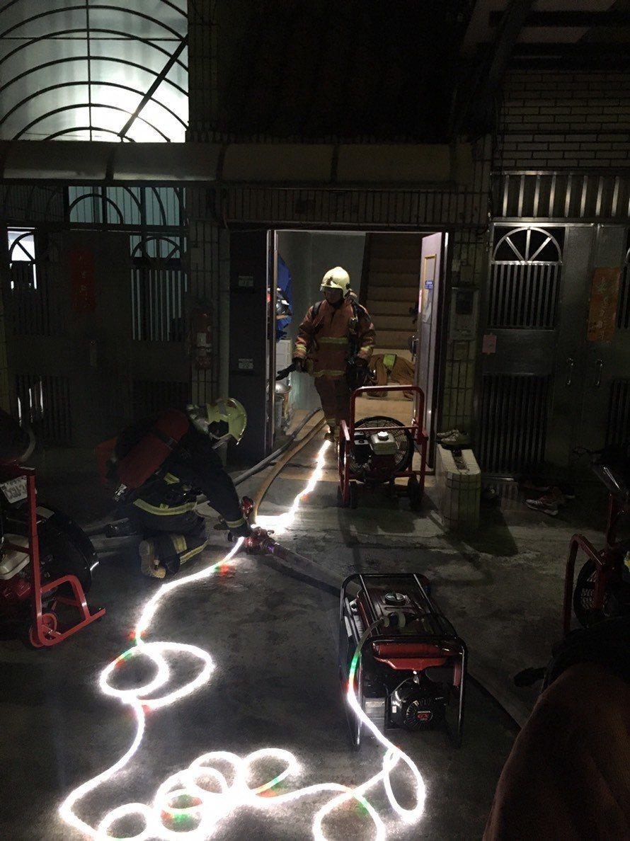 消防隊目前正進行通風排煙,並攜帶熱顯儀及光繩冒險進入火場搜救。記者林昭彰/翻攝