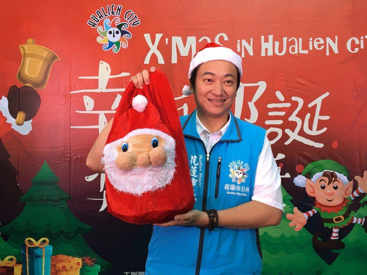 花蓮市長魏嘉賢今天變身為耶誕老人為活動熱身。記者徐庭揚/攝影