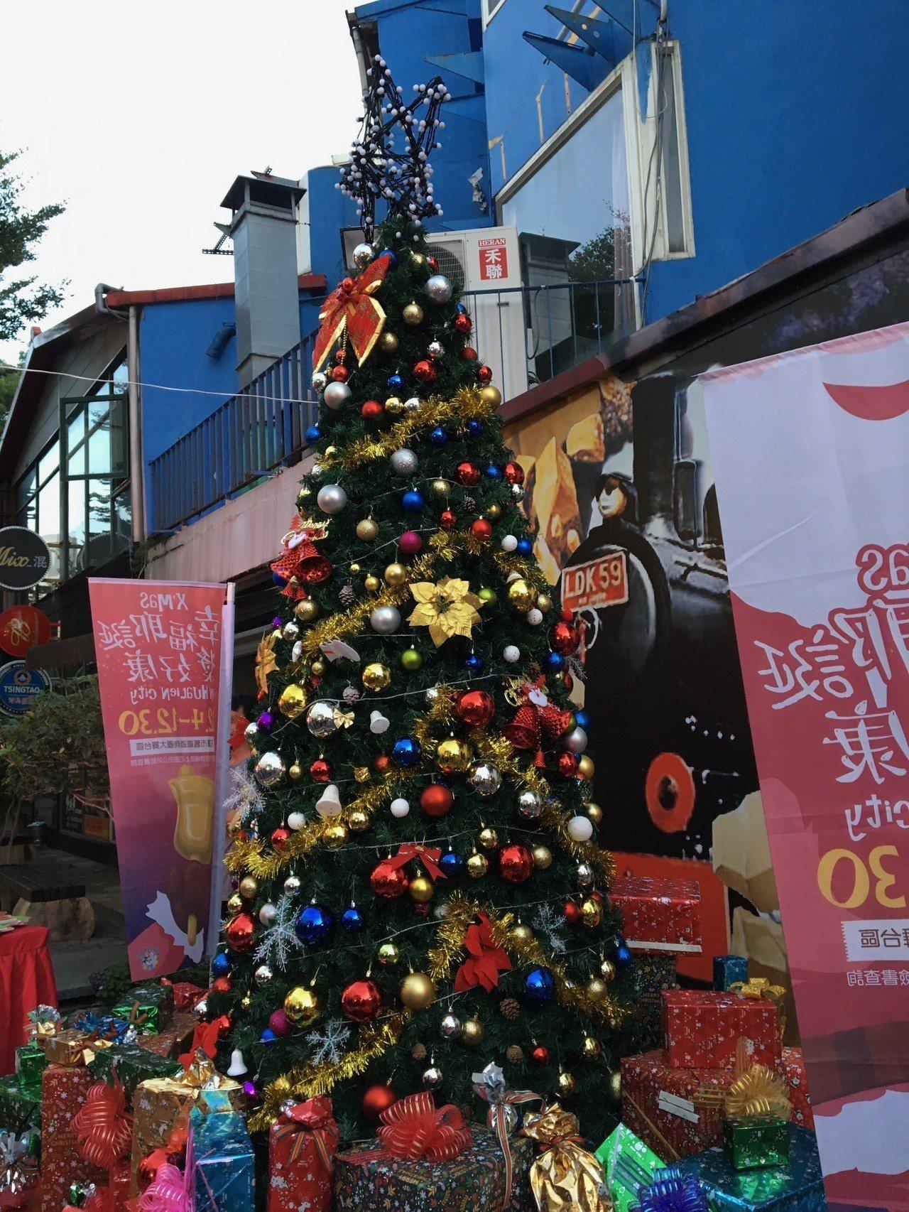 拍下舊鐵道商圈大舞台區的耶誕樹,上傳至花蓮市公所FB粉絲專頁,並TAG三名好友並...