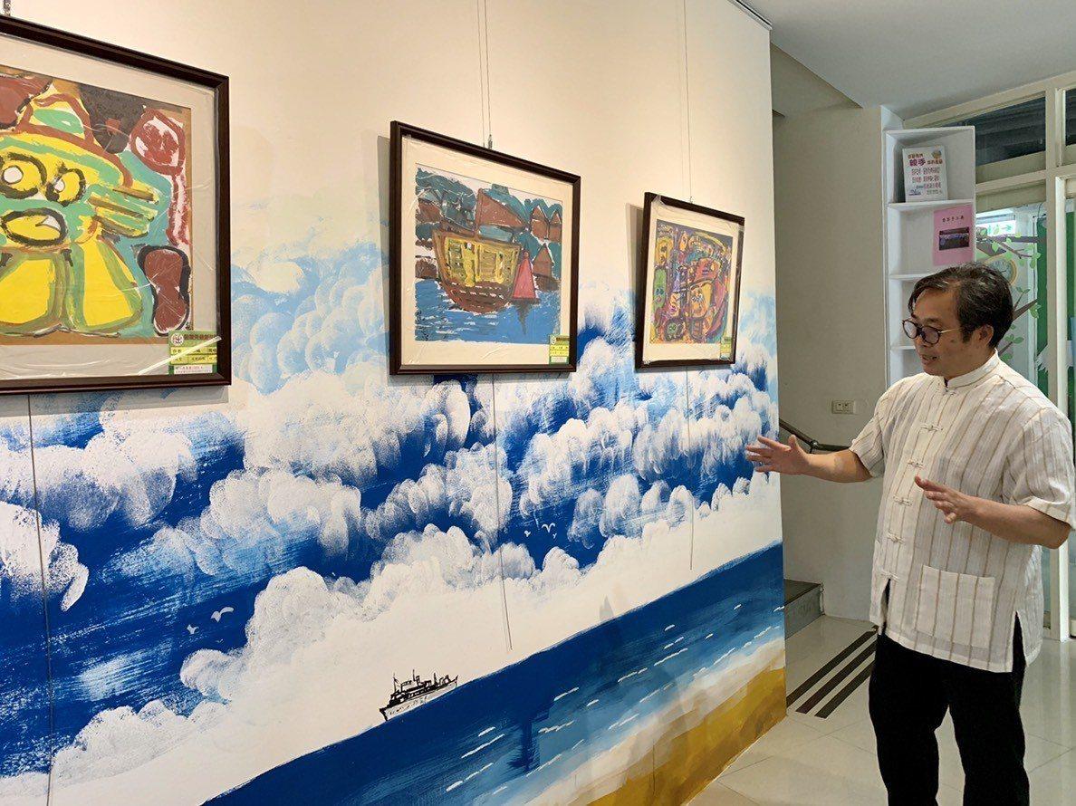 天空畫廊除了展出慢飛天使的作品,其中特別的是牆面的彩繪壁面設計,形成了畫中畫的趣...