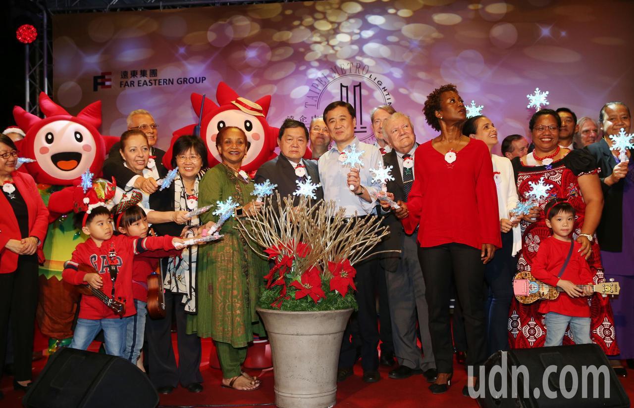 遠東集團2018耶誕點燈儀式今晚在台北 遠企中心廣場 舉行,由遠東集團董事長徐旭...