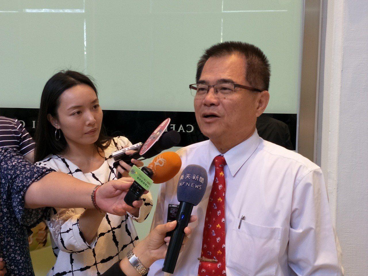 台南市勞工局長王鑫基說明外籍學生勞動權如何維護。記者謝進盛/攝影