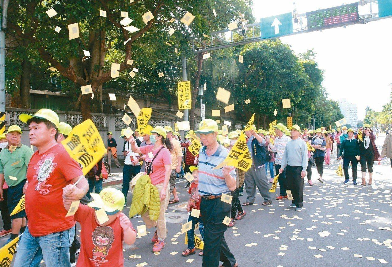 2千多名漁民昨天到農委會抗議,不滿「遠洋漁業三法」罰金過高。 記者黃義書/攝影
