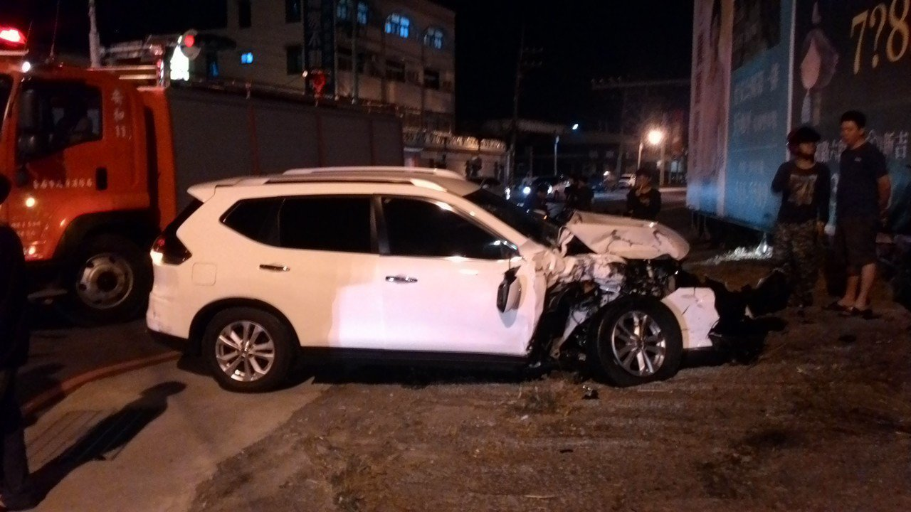 一輛休旅車與麻豆消防分隊救護車發生車禍,休旅車駕駛受傷送醫。記者黃宣翰/攝影