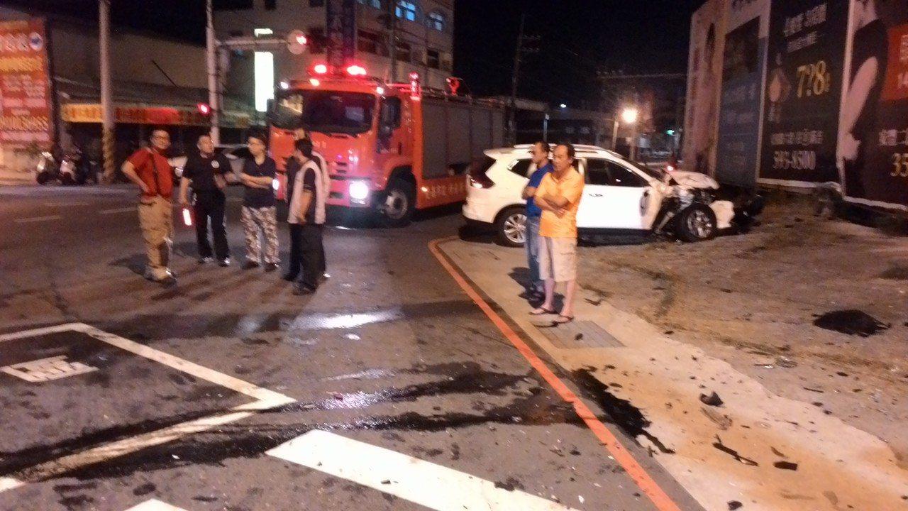 一輛休旅車與麻豆消防分隊救護車在安南區發生車禍,現場一片混亂。記者黃宣翰/攝影