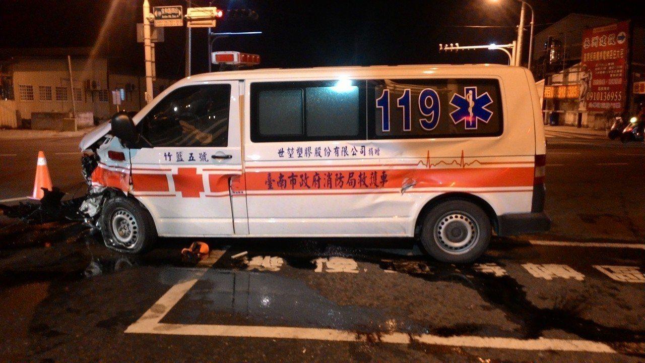麻豆消防分隊救護車在安南區發生車禍,車頭嚴重受損。記者黃宣翰/攝影