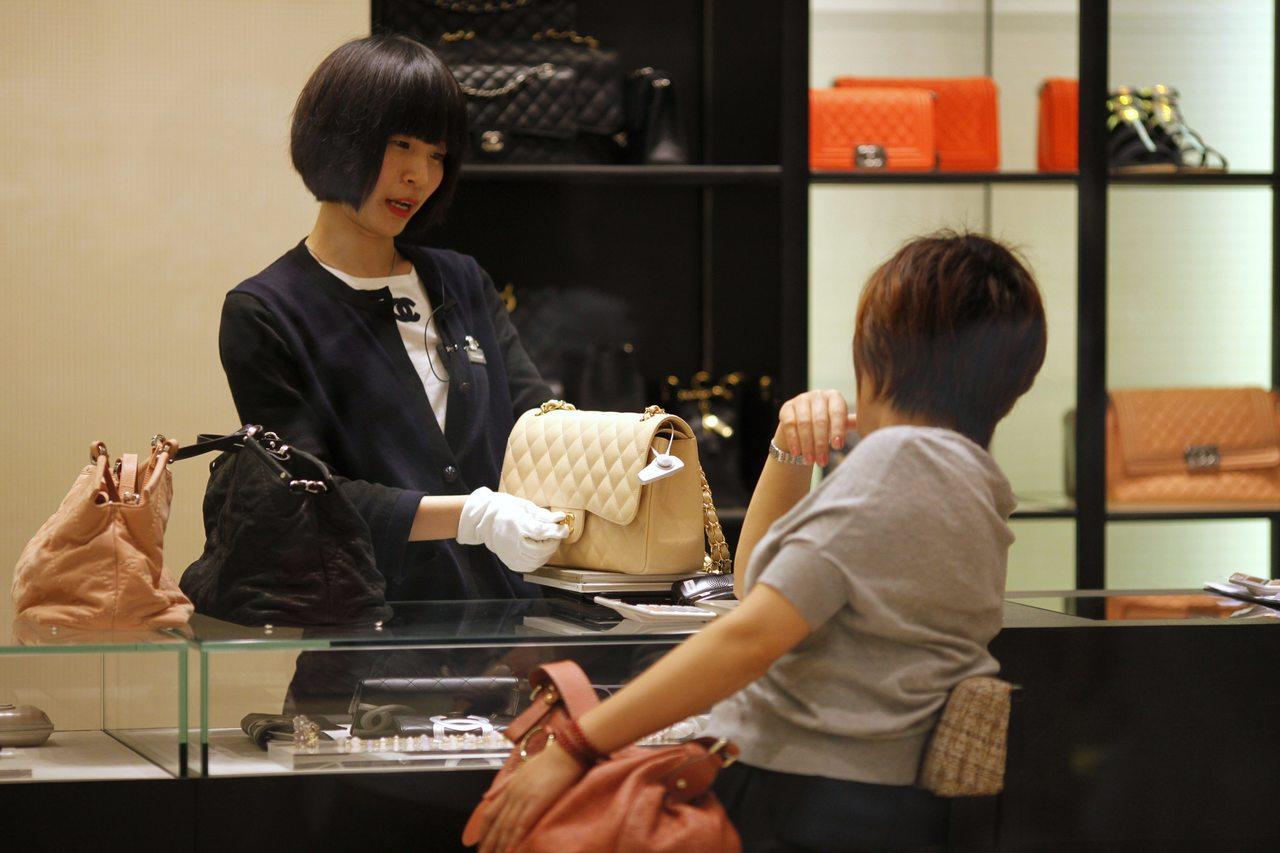 根據寶盛集團2018的年亞洲財富報告,中國女性貢獻了50%的奢侈品支出。 路...