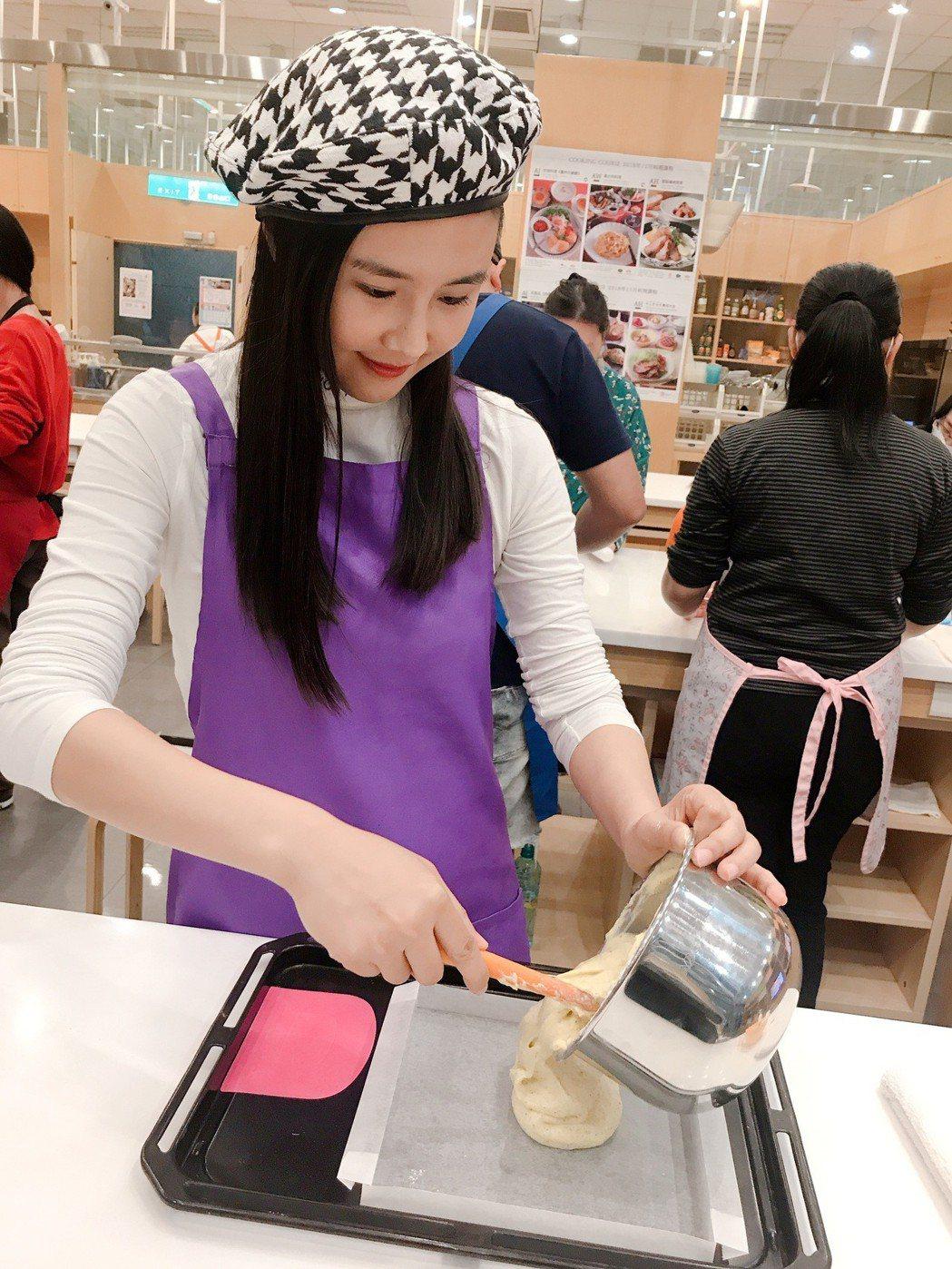 黃心娣學做蛋糕。圖/周子娛樂提供