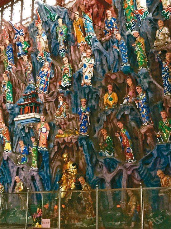 大雄寶殿內的五百羅漢造像 記者汪莉絹/攝影