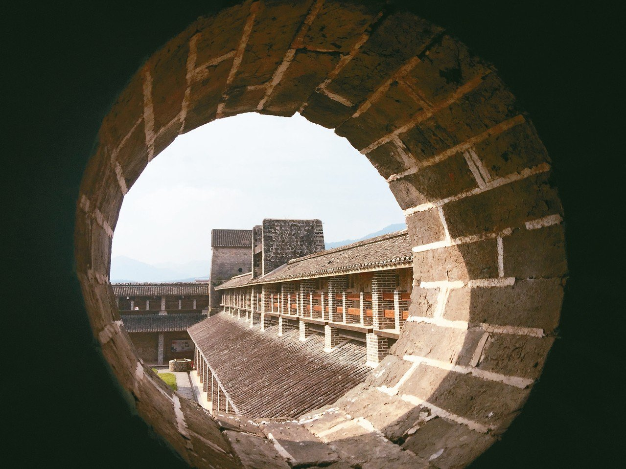 由槍眼望出去的雙峰寨內部建築 記者汪莉絹/攝影
