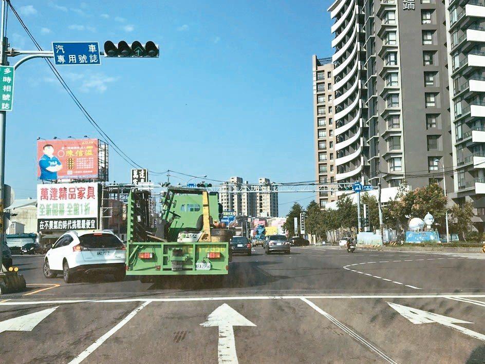 中國醫藥大學新竹附設醫院附近的中華路與興隆路口,車流量大,在地民眾擔心引發塞車。...