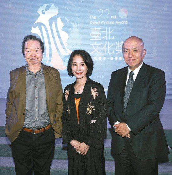 第22屆台北文化獎昨頒獎,三位得主:雷驤(左起)、朱安麗、台新銀行文化藝術基金會...