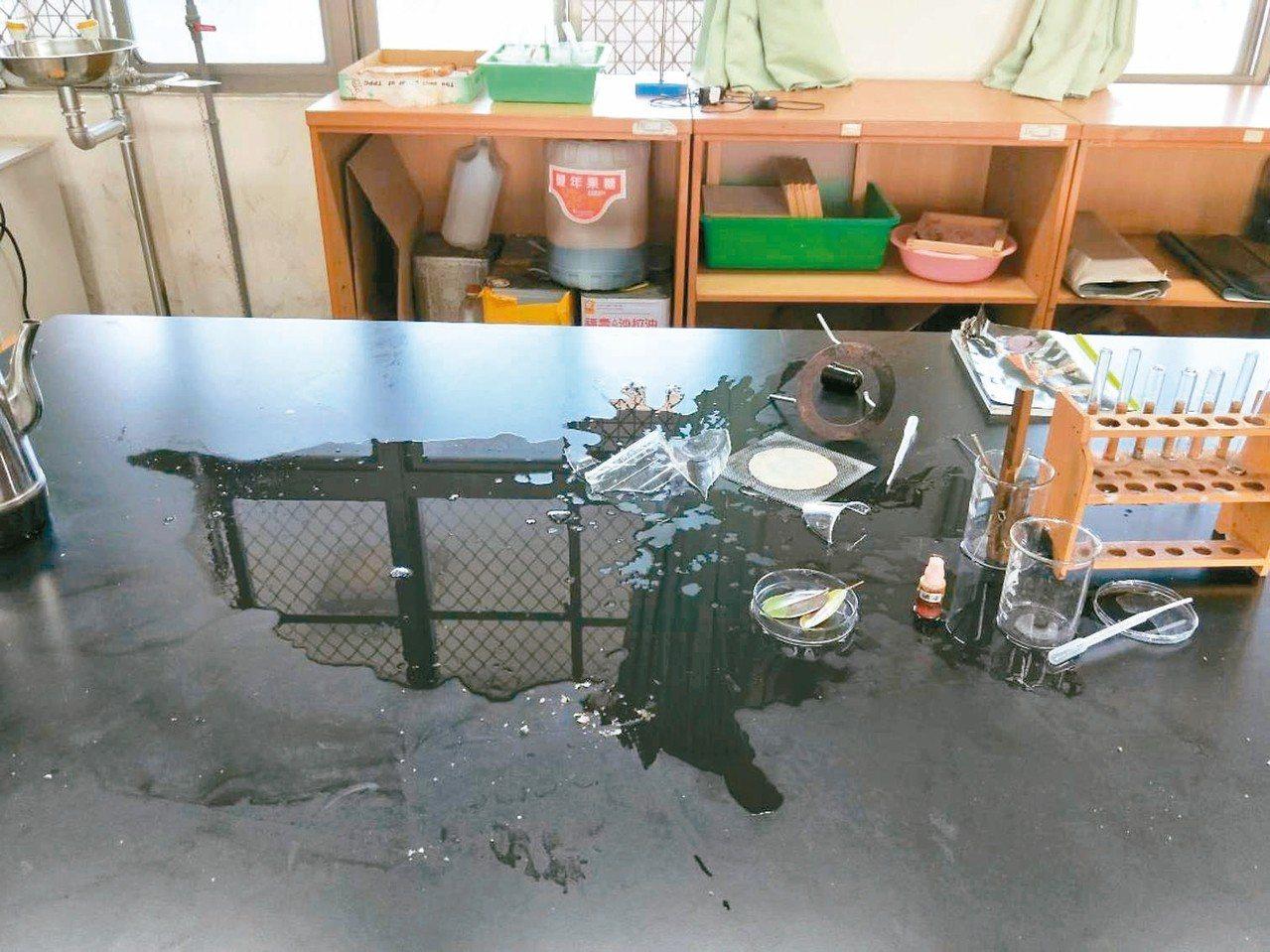 高雄市國昌國中11月23日上午發生實驗室意外,造成6名學生受傷。 記者徐如宜/翻...