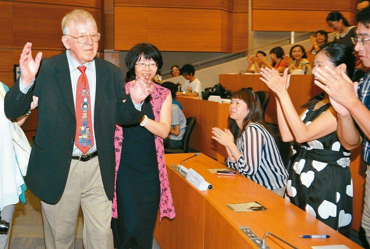 羅慧夫顱顏基金會創辦人羅慧夫(左)2013年出席感恩見面會,與兩百多個接受顱顏手...