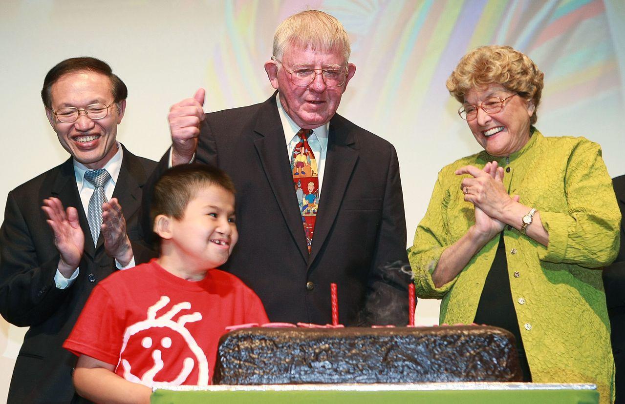 羅慧夫夫婦(右二、右一)與接受顱顏手術的男孩祥祥(左二)。 圖/聯合報系資料照片