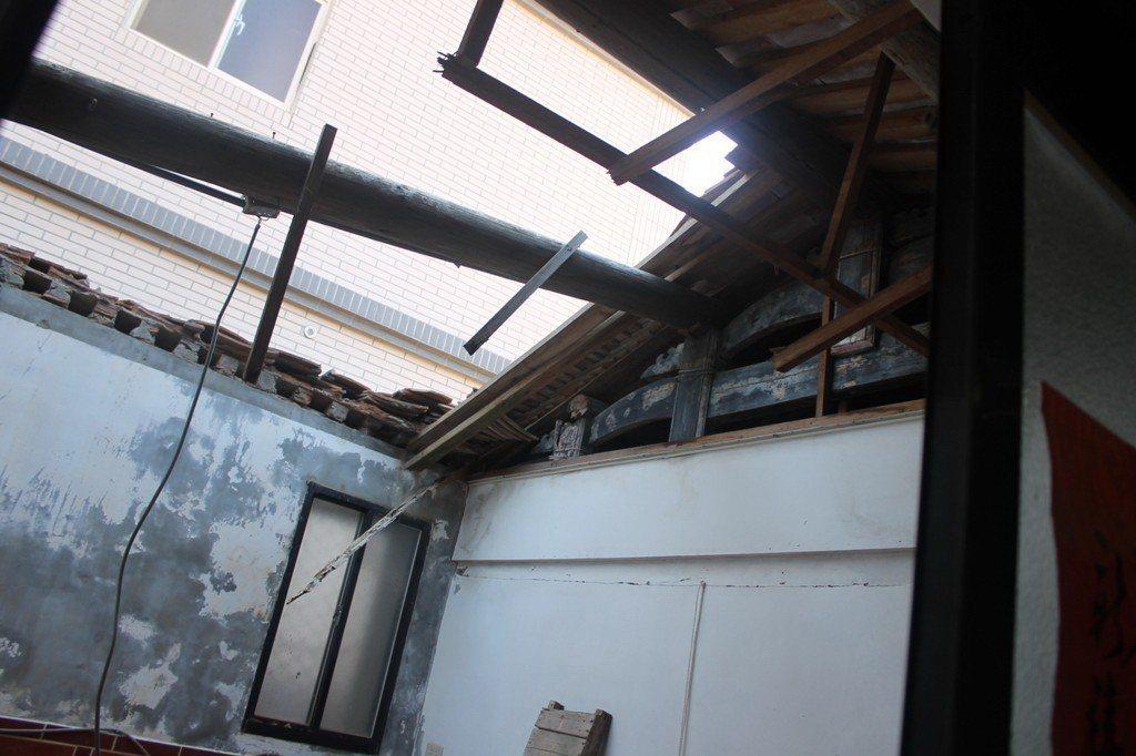 2014年檢警勘查幽靈人口住址,其中一戶古厝房屋連屋頂都不見。 圖/聯合報系資料...