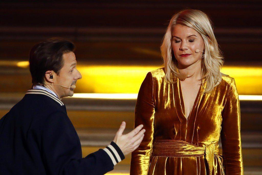 金球獎頒獎典禮因主持人索爾維格(左)對首位女性金球獎得主-挪威前鋒赫格伯格開不當...