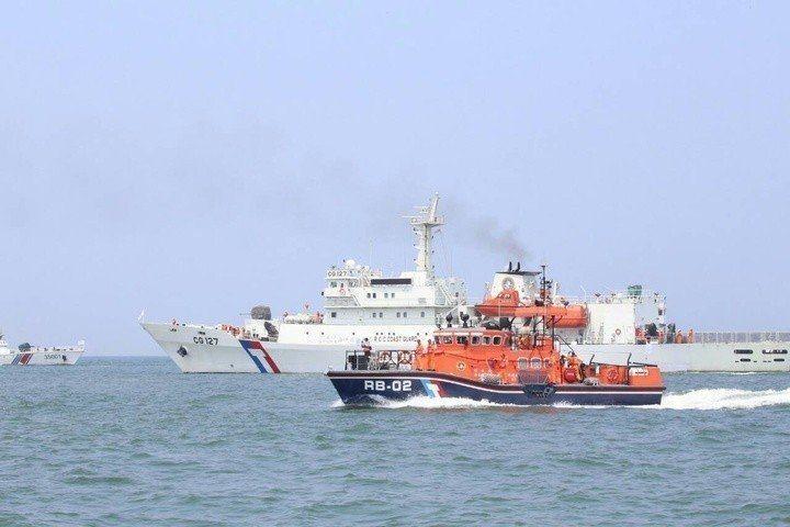 海巡署特勤隊員柯姓士官長,今天傍晚以支援身分參與空中勤務總隊援救彭佳嶼海域的救援...