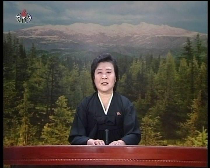 2011年12月19日,李春姬身著黑衣哽咽播報北韓領導人金正日病逝消息。 (新華...