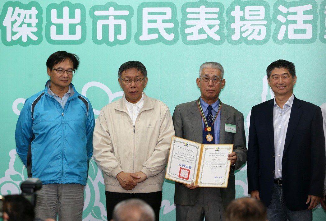 外界點名北市民政局長藍世聰(左1)參選可扮演「白綠合作」角色,但他表示沒意願。圖...