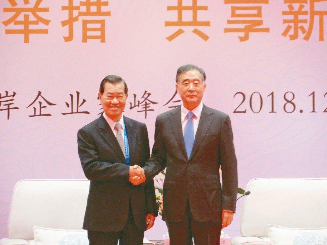 大陸全國政協主席汪洋(右)4日在廈門會見前來參加「2018年兩岸企業家峰會年會」...