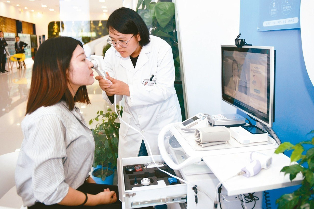 大陸智慧醫療商機高速增長。圖為醫護人員上傳健檢資料。 新華社