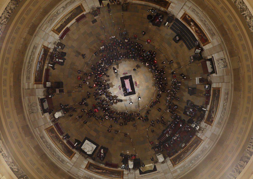 前總統老布希的靈柩3日傍晚移至國會圓頂大廳,從4日上午起開放一般民眾瞻仰。美聯社