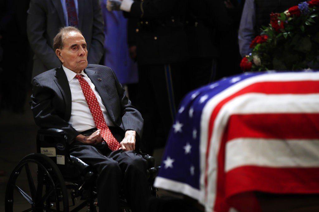 95歲的杜爾身體虛弱,不良於行,他坐著輪椅、被推到布希靈柩前。美聯社