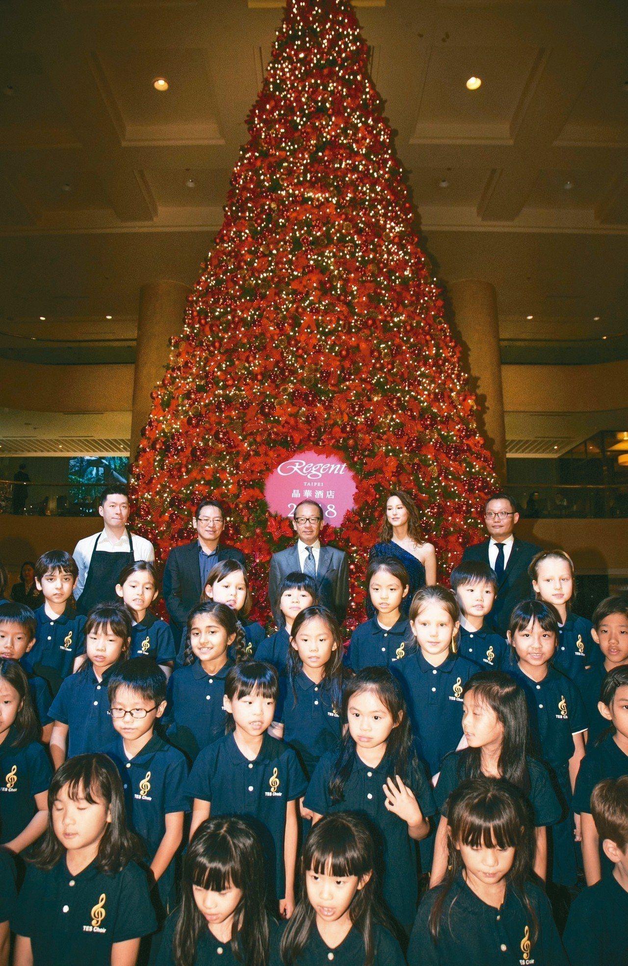 台北晶華酒店遵循著延續了26年的傳統,今搭建起三層樓高的耶誕樹。 晶華酒店/提供