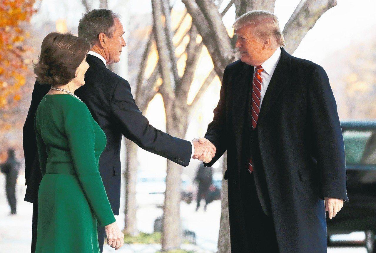 圖為川普(右)4日前往華府布萊爾宮拜訪美國前總統小布希夫婦。 路透