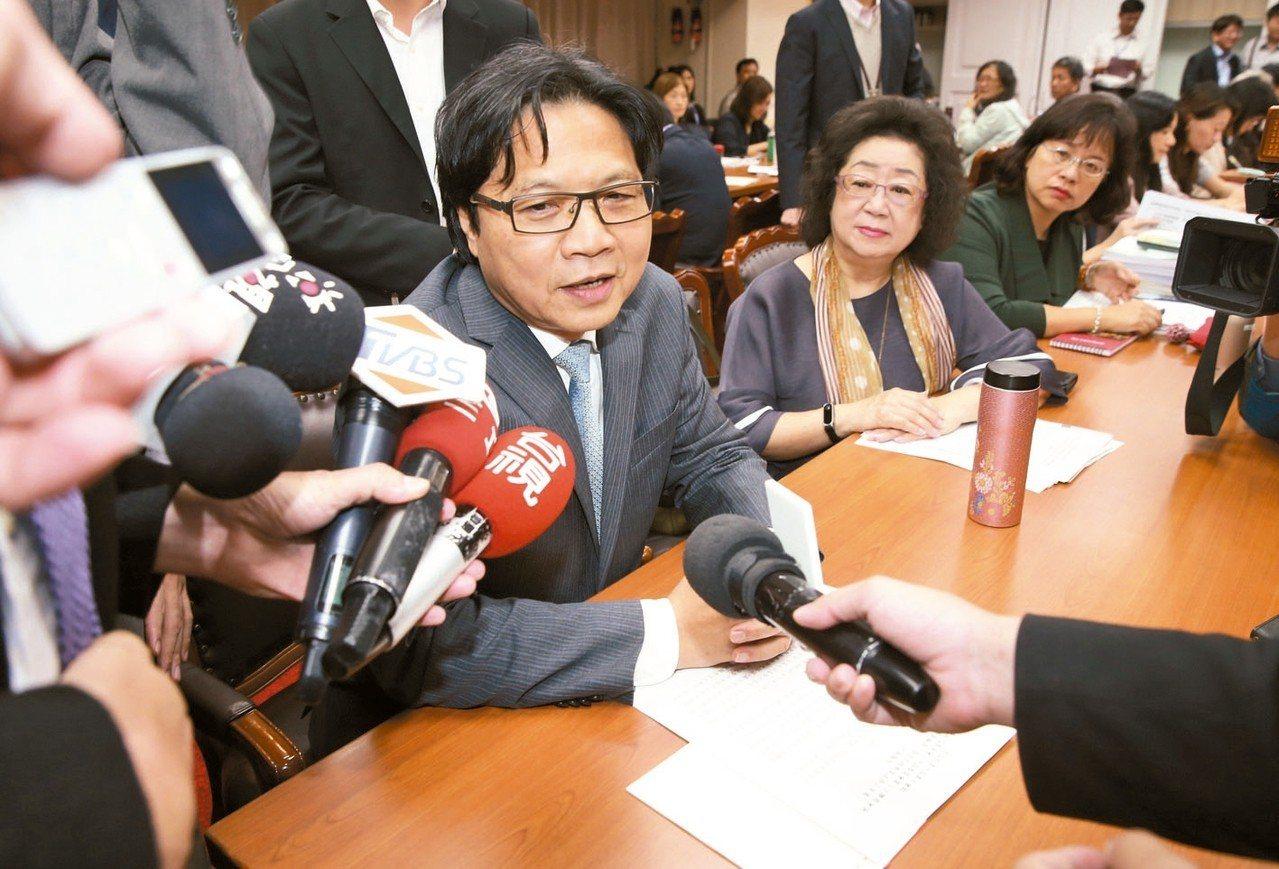 行政院長賴清德表示將推動「2030雙語國家」政策發展藍圖,教育部長葉俊榮(左)表...